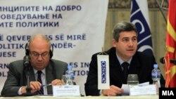 Амбасадорот на ОБСЕ, Ралф Брет и претседателот на Антикорупциската комисија Ѓорѓи Сламков.