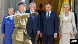Президент Польши Анджей Дуда (в центре) с супругой во время встречи президента Чехии Милоша Земана (архивное фото)