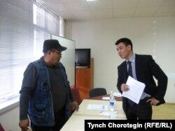 Кыргызстандагы интернет кыймылынын жигердүү өкүлдөрүнүн бири Жаныбек Жанызак жана Рахат Сабырбеков. 30.3.2011.