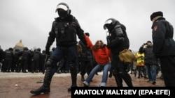ОМОН задерживает участников акции протеста в поддержку лидера российской оппозиции и блогера Алексея Навального в Санкт-Петербурге, 23 января 2021 года.