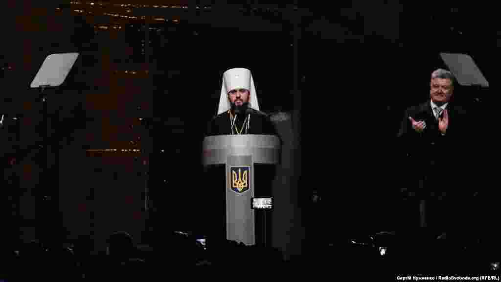Новообраний глава єдиної Української помісної православної церкви митрополит Епіфаній виступає перед зібранням на Софійській площі у Києві