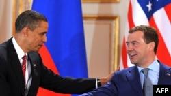 Președinții Barack Obama și Dmitri Medvedev la conferința de presă de la Praga după semnarea tratatului
