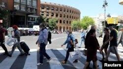 Луѓе со маски во Валенсија, Шпанија.