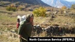 Женщина в горном районе Дагестана, иллюстративное фото