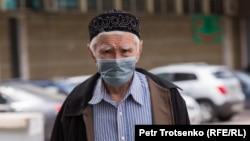 Ýüzi maskaly adam. Almaty, 9-njy maý, 2020