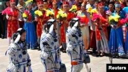 Қытайлық ғарышкерлер ғарышқа ұшу алдында. Қытай, Цзюцюань ғарыш айлағы, 11 маусым 2013 жыл.