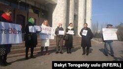 Референдумга каршылыгын билдирип чыккан жарандык активисттер. Бишкек шаары. 9-декабрь, 2020-жыл.