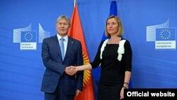 Президент Алмазбек Атамбаев жана Евробиримдиктин тышкы иштер министри Федерика Могерини.
