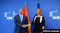 Верховный представитель Европейского союза по иностранным делам и политике безопасности Федерика Могерини (справа) и президент Кыргызстана Алмазбек Атамбаев. Брюссель, 16 февраля 2017 года.