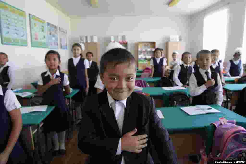 Ученики приветствуют входящих в класс. Школа № 28 Верхне-Чирчикского района Ташкентской области. 9 сентября 2015 года.