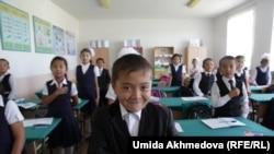 Ученики приветствуют входящих в класс. Школа № 28 в Ташкентской области, Узбекистан. 9 сентября 2015 года.