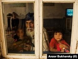Мужчина с внучкой в окне. Деревня ромов вблизи Бухары
