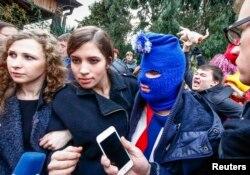 Пресс-конференция Pussy Riot. На заднем плане протестующий с курицей