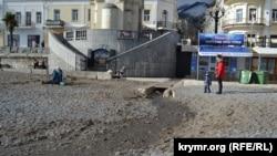Дощова каналізація на пляжі в Ялті