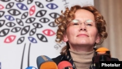 Глава наблюдательской миссии БДИПЧ/ОБСЕ Радмила Шекеринска на пресс-конференции в Ереване, 22 марта 2012 г.