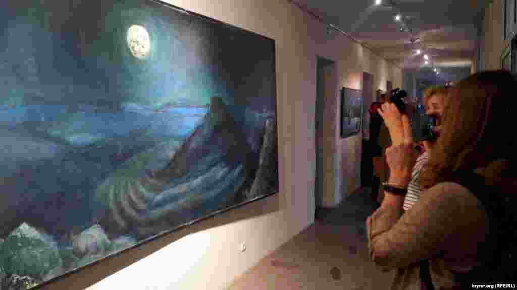 В Днепре в Музее украинской живописи представили художественный проект художникаСергея Бурбело#Qirim. Выставку приурочили к 5-й годовщине оккупации Крыма и 75-й годовщине депортации крымских татар