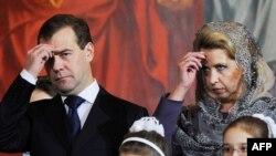 Дмитирий Медведев хатыны Светлана белән Мәскәү чиркәвендә Раштуа гыйбадәтендә, 6 гыйнвар 2011