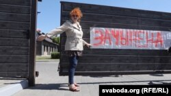 Вольга Мікалайчык падчас пікетаваньня рэстарану «Поедем поедим», чэрвень 2018