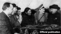 Төкмө акын Алымкул Үсөнбаев 1943-жылы ленинграддыктар менен.