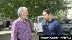 Джамшед Ёров беседует с корреспондентом Радио Озоди Мирзонаби Холикзодом