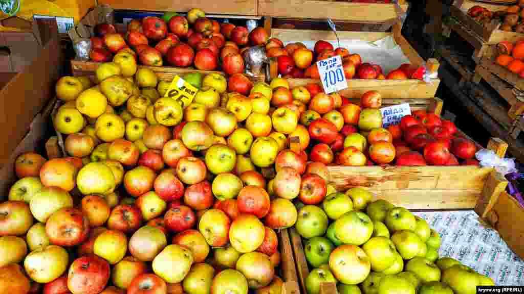 Торішні яблука від 85 до 100 рублів (близько 30-37 грн) за кілограм