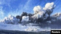 Norul de cenușă vulcanică deasupra ghețarului Eyjafjallajokull din Islanda