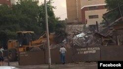 Снос дома Мейрамовых в Астане. Фото Дениса Курганникова в соцсети Facebook. 13 июля 2016 года.