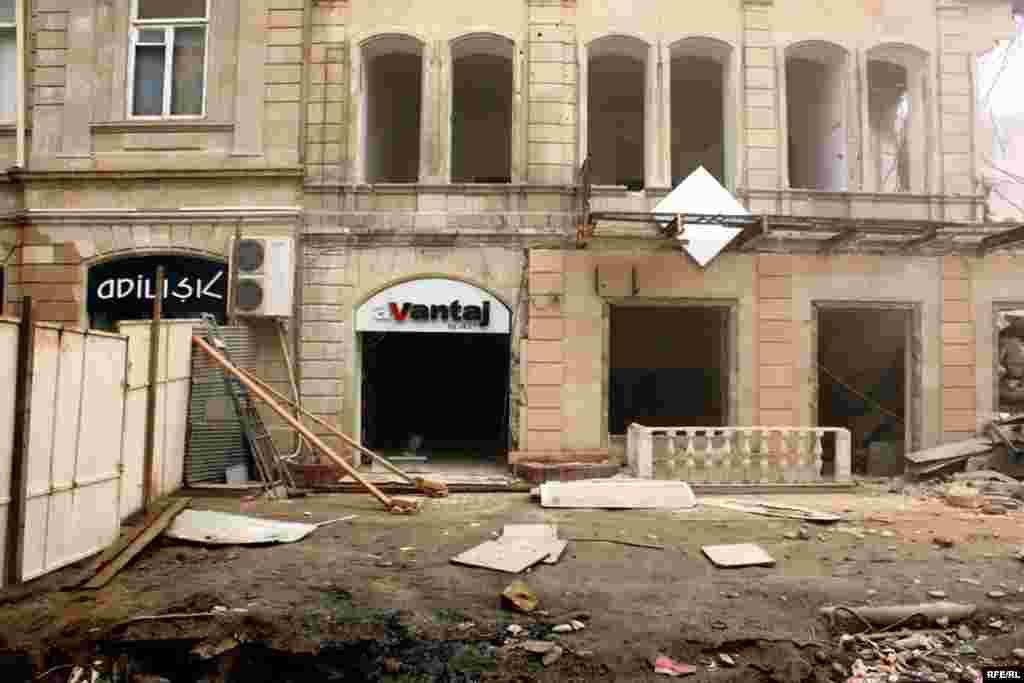 Nizami küçəsində yerləşən tarixi bina sökülür. Vaxtilə burada İsmayıllının İvanovka kəndinin eyniadlı dükanı vardı