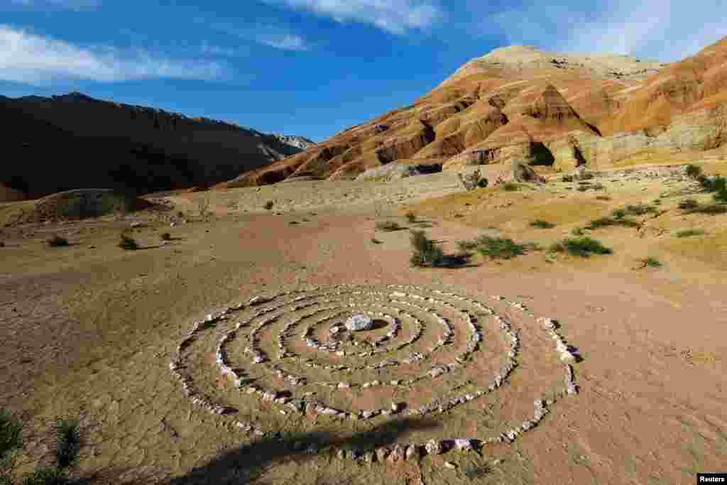 """Выложенные кругами камни на горном хребте в нацпарке """"Алтын-Эмель""""."""