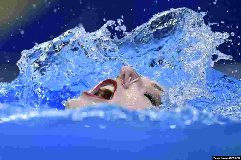 Svetlana Romashina of Russia performs at the FINA Swimming World Championships in Gwangju, South Korea. (EPA-EFE/Tamas Kovacs)