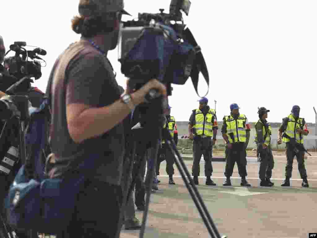 Izrael - Granični prelaz Erez - Izrael je zabranio medijima da uđu u Gazu. Na izraelskoj granici Erez svakodnevno se nastavlja igra mačke i miša između izraelske vojne policije i predstavnika medija.