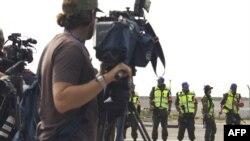 Работа журналистов опасна не только в горячих точках.