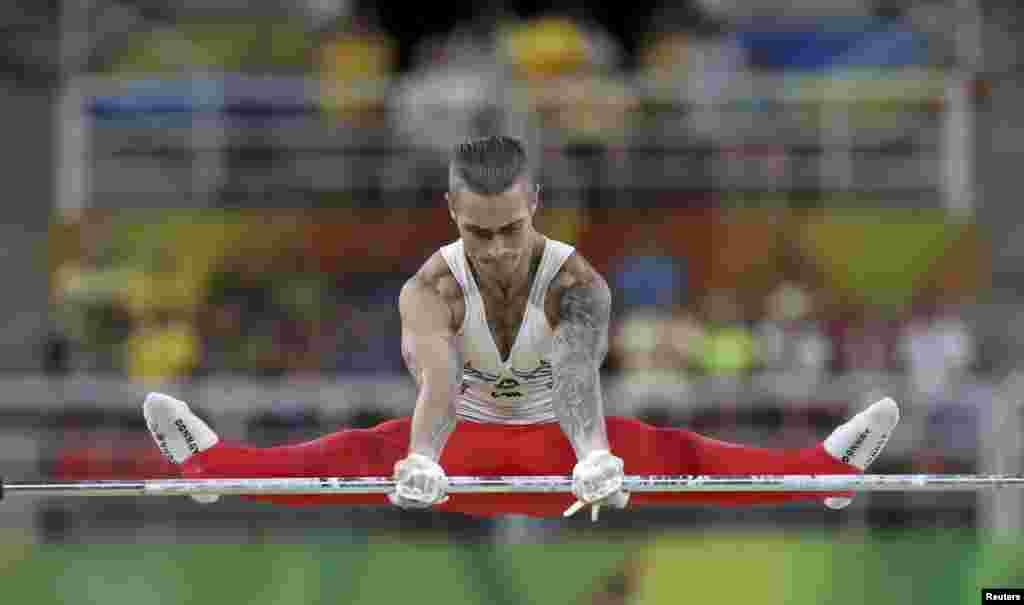 Азербайджанський гімнаст Олег Степко виступає під час кваліфікації на турнику