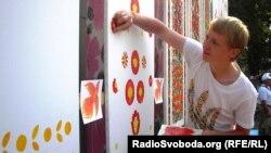Молодий майстер розпису, арт-менеджер проекту petrykivka.dp.ua Ігор Лісний