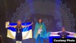 Чемпионка мира по армрестлингу среди молодежи Кенжекыз Каупенова (в центре) на церемонии награждения в Будапеште. 6 сентября 2017 года. (Фото предоставлено тренером Муратом Ибатовым).