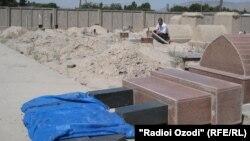Сангҳои тахрибшудаи болои мазор дар ноҳияи Бобоҷон Ғафуров. Моҳи майи 2012