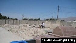 Разрушенные надгробные камни на одном из кладбищ в Бободжонгафурове в мае 2012 года.