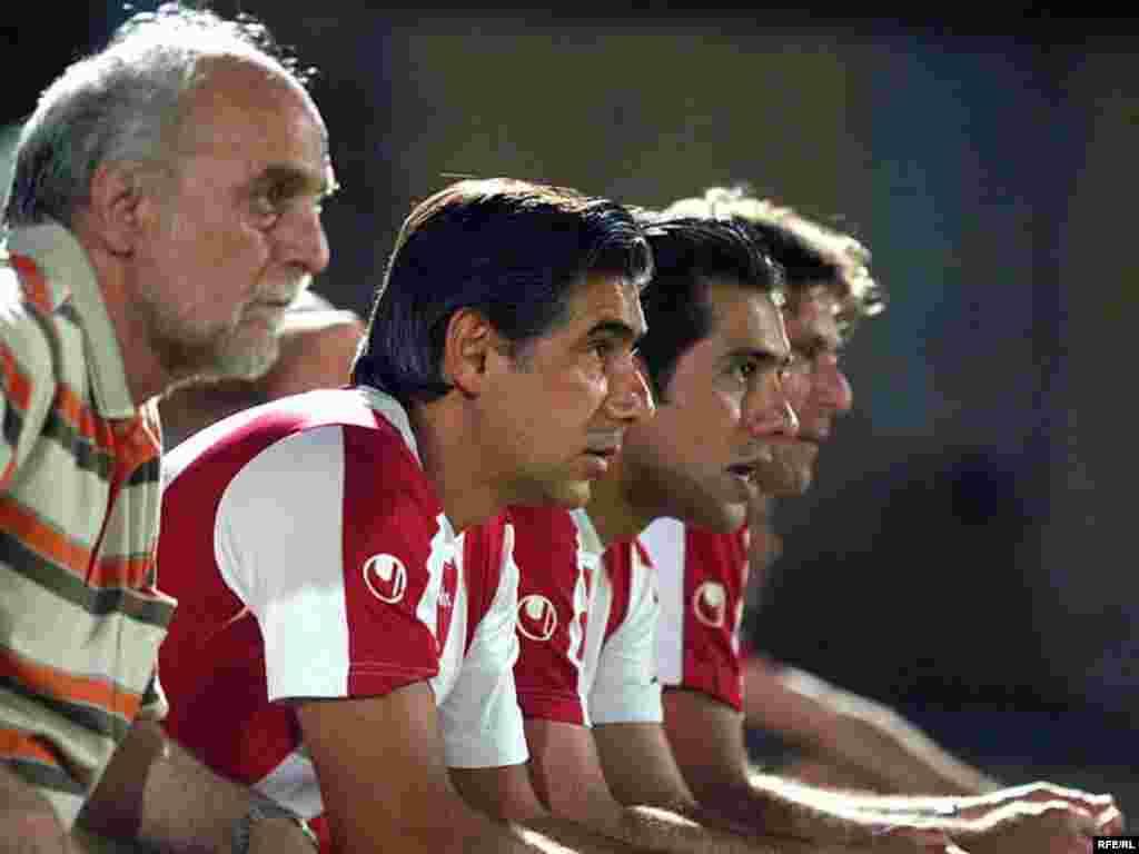 محمود خوردبین، مدیر فنی تیم پرسپولیس (سمت راست) در کنار افشین قطبی و سایر مربیان تیم.