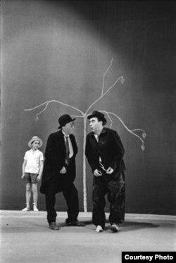 Сцена из спектакля «В ожидании Годо». Дерево работы Джакометти