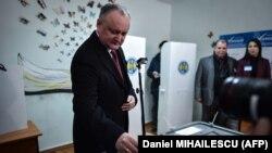 Президент Молдовы Игорь Додон на избирательном участке. Кишинёв, 24 февраля 2019 года.