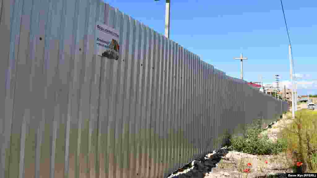 Забор вокруг стройки протянулся на сотни метров