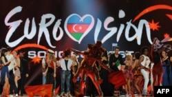 Eurovision байқауының жартылай финалына шыққан әншілер бірін-бірі құттықтап жатыр. Әзербайжан, Баку, 22 мамыр 2012 жыл.