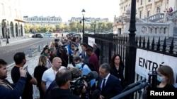 Медиумски екипи пред судот во кој почнува судењето на обвинетите за терористичките напади во 2015 година