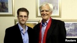 Депутат Бундестага Ханс-Кристиан Штрёбеле и Эдвард Сноуден (Москва, 31 октября 2013 года)