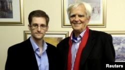 АҚШ барлау қызметінің бұрынғы агенті Эдвард Сноуден (сол жақта) мен Германия парламентінің депутаты Ханс-Кристиан Штребеле. Мәскеу, Ресей, 31 қазан 2013 жыл.
