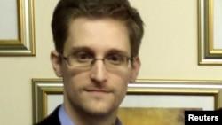 АҚШ арнайы қызметінің бұрынғы тыңшысы Эдвард Сноуден.