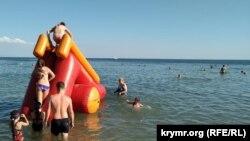 Гірка на пляжі «Горький» в Євпаторії, липень 2020 року