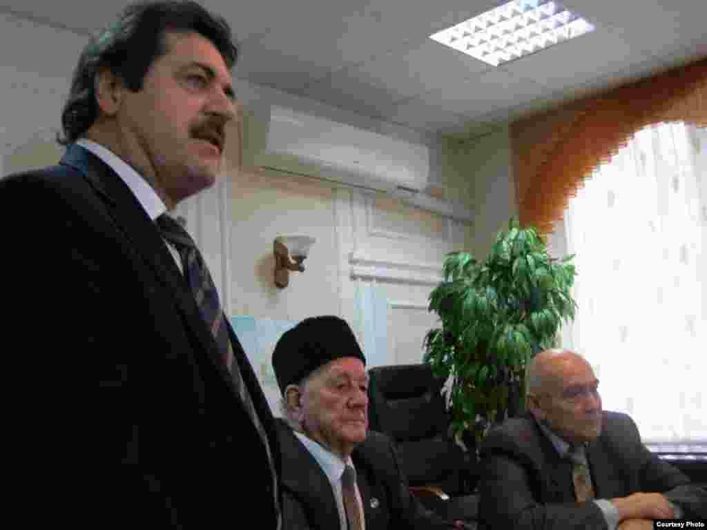 Кырымтатар Милли Мәҗлесе рәис урынбасары Рәмзи Ильясов чыгыш ясый
