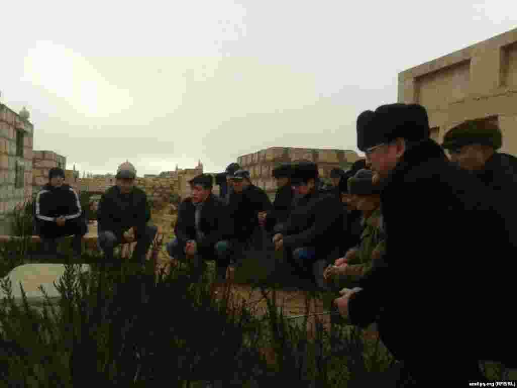 14 декабря в Мангистауской области провели поминки в память о жертвах Жанаозена. На поминки в село Тенге, расположенное в 12 километрах от города Жанаозен, приехали родственники погибших и пострадавшие в ходе событий декабря 2011 года, работники компании «Озенмунайгаз», аким Жанаозена и гражданские активисты из Актау, Уральска и Алматы. 16 декабря 2011 года длившаяся несколько месяцев забастовка нефтяников вылилась в Жанаозене в кровопролитные столкновения. В результате применения со стороны полиции огнестрельного оружия погибли, по официальным данным, 16 человек, десятки получили ранения.