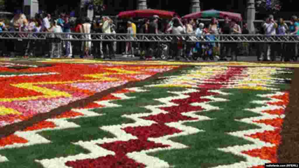 هر دو سال یک بار، «گراند پلاس»، مرکز بروکسل، پایتخت بلژیک، با گل، «فرش» میشود.